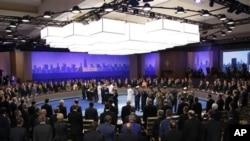 Lebih dari 50 pemimpin negara mengheningkan cipta untuk mengenang tentara koalisi yang gugur atau luka di Afghanistan dalam pembukaan KTT NATO di Chicago, Minggu (20/5).