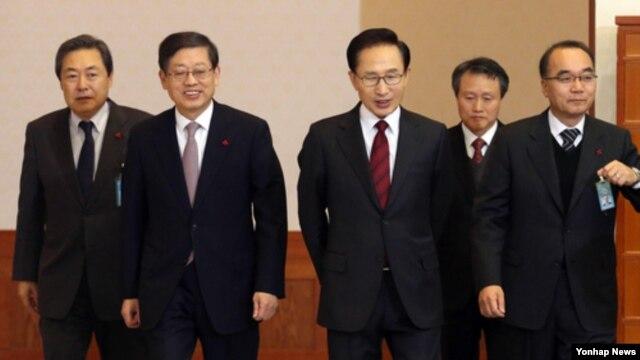 24일 청와대에서 열린 제54차 국무회의 참석을 위해 회의장에 들어서는 이명박 대통령(가운데)과 김황식 국무총리 등 국무위원들.