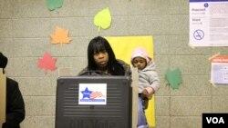 Une électrice de Chicago (Iftikhar Hussain/VOA)