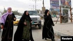 妇女们在伊拉克巴格达的汽车爆炸现场(2017年1月2日)