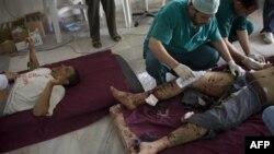Медики оказывают помощь раненным при артобстреле в Мисурате ливийским боевикам. 1 мая 2011 года
