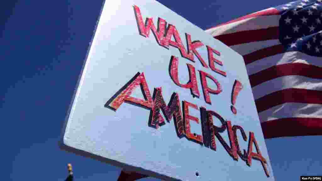 海报:美国觉醒吧(美国之音国符拍摄)