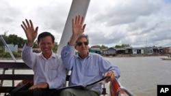 Ngoại trưởng Hoa Kỳ John Kerry (phải) và phó giám đốc Viện Nghiên cứu Phát triển Đồng bằng Sông Cửu Long Đăng Kiều Nhân trong chuyến đi thăm đồng bằng sông Cửu Long