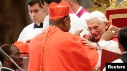 Papa Bento XVI na benção ao novo Cardinal John Olorunfemi Onaiyekan da Nigéria durante um cerimónia na Basílica de San Pedro no Vaticano (Nov 24, 2012)