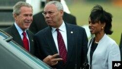 Ông Colin Powell (giữa) năm 2004.
