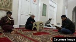 Khasanudin (kedua dari kiri) saat beritikaf di masjid Imaam Center.
