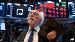 在纽约股票交易所工作的交易员彼得·图奇曼。(2020年3月16日)
