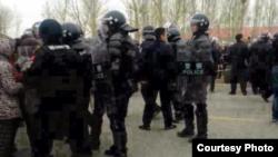 當局出動防暴警察鎮壓抗議村民(圖片由南蒙古人權信息中心提供)