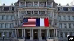 Американський та французький прапори у Вашингтоні