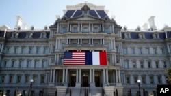 美国华盛顿艾森豪威尔行政楼前悬挂起美国和法国国旗