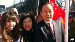 Ông Vincent Wu, phải, cùng vợ con ở Los Angeles, California (hình tư liệu)