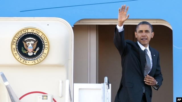Obama maše prilikom ukrcavanja u predsednički avion u vojnoj bazi Endrjuz pred polazak na put