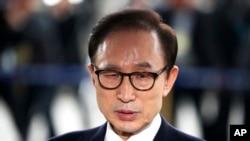 អតីតប្រធានាធិបតីកូរ៉េខាងត្បូលោក Lee Myung-bak អញ្ជើញទៅការិយាល័យរដ្ឋអាជ្ញា Seoul Central District Prosecutors ដើម្បីសាកសួរលើការចោទប្រកាន់ថា បានប្រពឹត្តអំពើពុករលួយ កលាពីថ្ងទី១៤ ខែមីនា ឆ្នាំ២០១៨។