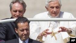 교황 베네딕토 16세와 문서 유출 혐의로 체포된 파올로 가브리엘(왼쪽 앞) 집사