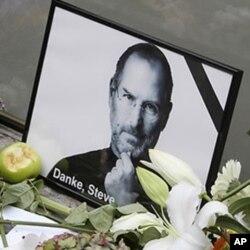 អ្នកគាំទ្រស្នាដៃរបស់លោក ស្ទីវ ចបស៍ (Steve Jobs) បានដាក់ផ្កានៅពីមុខរូបថតរបស់លោកស្ទីវ ចបស៍ ដើម្បីជាការគោរពវិញ្ញាណក្ខ័ណ្ឌដល់លោក។