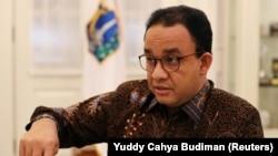 Gubernur Jakarta Anies Baswedan berbicara saat wawancara di kantornya di tengah wabah Covid-19 di Jakarta, 17 September 2020. (Foto: Reuters/Yuddy Cahya Budiman)