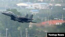 북한이 대북 확성기 철거를 요구한 시한인 22일 오후 한국 공군 대구기지에서 F-15K 항공기가 이륙하고 있다. 이날 F-15K 4대는 미군 F-16 전투기와 연합해 북한의 도발에 맞서는 무력시위 비행을 했다.