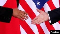 지난해 6월 싱가포르에서 열린 첫 미-북 정상회담에서 도널드 트럼프 미국 대통령(오른쪽)과 김정은 북한 국무위원장이 악수하고 있다.