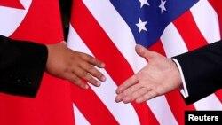 지난 6월 12일 도널드 트럼프 미국 대통령(오른쪽)과 김정은 북한 국무위원장이 싱가포르 카펠라 호텔에서 열린 첫 미북 정상회담에 앞서 악수하고 있다.