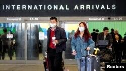 Putnici napuštaju aerodrom u Los Angelesu po dolasku iz Šangaja, 26. januara 2020. (Foto: Reuters/Ringo Chiu)