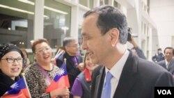 朱立倫抵達紐約拉瓜迪亞機場受到支持者熱烈歡迎。
