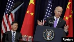 El vicepresidente de Estados Unidos, Joe Biden hablla durante la apertura de las conversaciones comerciales con China junto al vicepresidente chino Wang Yang.