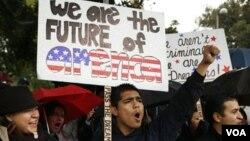 Un joven indocumentado durante una manifestación en California.
