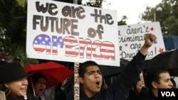 """""""Nosotros somos el futuro"""", sostiene la pancarta que muestra Jorge Herrera, un estudiante indocumentado de 18 años, de Carson, en California, donde los estudiantes manifestaron en apoyo al Dream Act."""