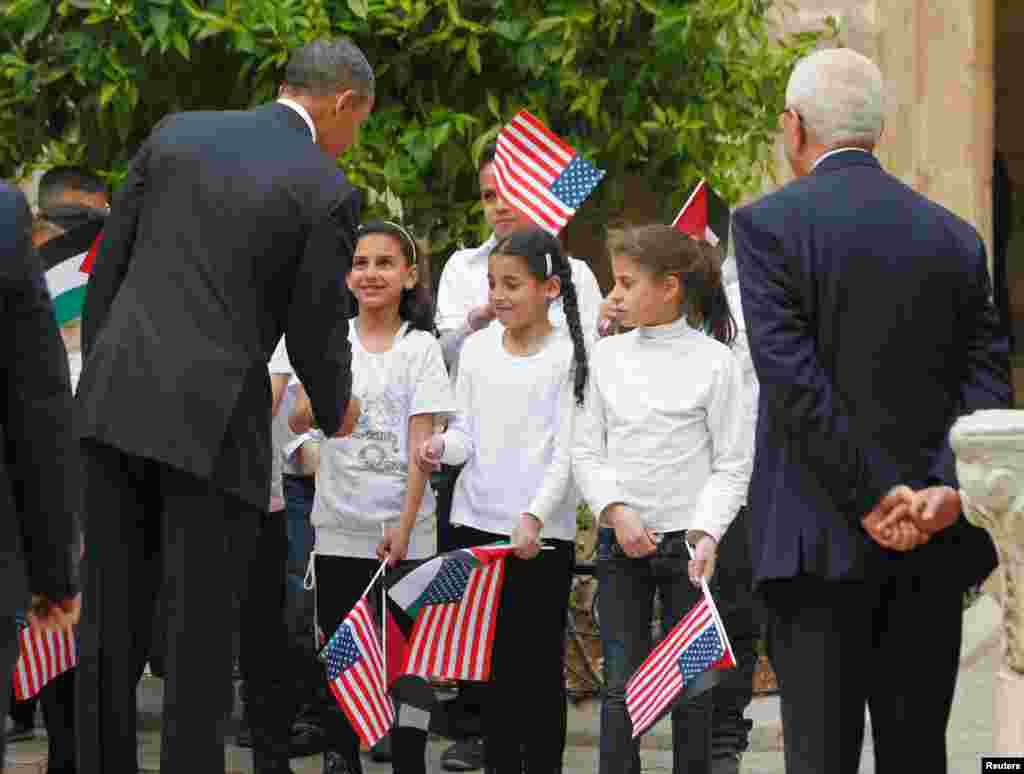 Obama sa djecom za obilaska Bazilike Rođenja Isusova, u Betlehemu, 22. marta 2013.