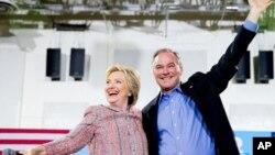 Ứng cử viên Tổng Thống của Đảng Dân Chủ Hillary Clinton và Thượng nghị sĩ đại diện bang Virginia Tim Kaine tại trường Cao đẳng Cộng đồng Bắc Virginia ở Annandale, Virginia, ngày 14 tháng 7 năm 2016.