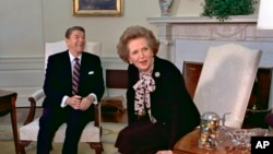 Margaret Thatcher accueillie par Ronald Reagan à la Maison blanche, le 20 fév. 1985