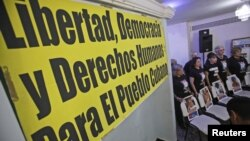 Miembros del grupo de Madres y Mujeres contra la Represión protestan a favor de los reprimidos en Cuba.