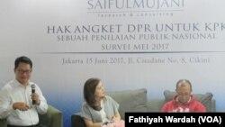 Saiful Mujani research and Consulting (SMRC) saat merilis surveinya tentang hak angket DPR untuk KPK atas penilaian publik nasional di Jakarta, Kamis (15/6). (VOA/Fathiyah Wardah)