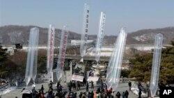 한국의 탈북자단체 회원들이 김정일 생일인 16일, 임진각 망배단에서 북한의 핵실험과 세습체제를 비판하는 전단 20만장을 북쪽으로 날려보냈습니다.