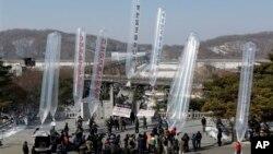 한국의 탈북자단체 회원들이 지난 2월 임진각 망배단에서 북한의 핵실험과 세습체제를 비판하는 전단 20만장을 북쪽으로 날려보냈다.