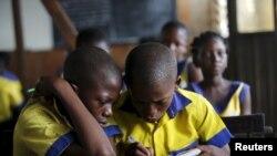 Les élèves en plein cours à l'école flottante de Makoko sur la lagune de Lagos, Nigeria 29 Février 2016.