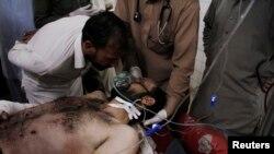6일 파키스탄 북서부 지역의 지방선거 투표소에서 발생한 폭탄테러로 부상당한 시민이 병원으로 이송되었다.