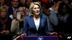 Betsy DeVos, pilihan Presiden AS terpilih Donald Trump untuk posisi menteri pendidikan, berbicara di Grand Rapids, Michigan, Desember 2016. (AP/Paul Sancya)