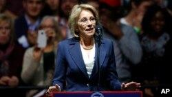 Betsy DeVos, yang dinominasikan sebagai Menteri Pendidikan oleh Presiden-terpilih Donald Trump (foto: dok).