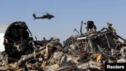 Un helicóptero egipcio sobrevuela los escombros del avión ruso que cayó en el área de Hassana, al norte de Egipto.