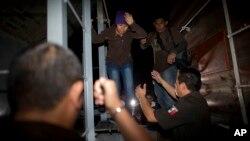 멕시코 산 라몬 시에서 연방경찰이 미국으로 불법 입국하려는 어린이들이 탄 기차를 급습했다. (자료ㅏ사진)