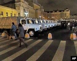 3月4总统大选投票后莫斯科大剧院旁的军车和士兵