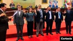 Juramentación de miembros de la Asablea Legislativa de El Salvador que conforman la comisión. Foto cortesía Asamblea Legislativa.