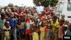 Arcebispo do Saurimo, Dom José Manuel Imbamba, rodeado de crianças (Foto de arquivo)