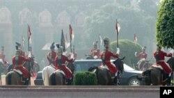 印度仪仗兵列队迎接奥巴马总统专车