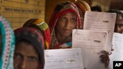زنان در ایالت آسام برای ثبت نام در فهرست شهروندی هند تجمع کرده اند (عکس از آرشیف)