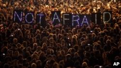 ពលរដ្ឋបានប្រមូលផ្តុំគ្នាហើយកាន់ស្លាកសញ្ញាថា «NOT AFRAID» មានន័យថា «មិនខ្លាច» ដើម្បីជាការប្រឆាំងទៅនឹងការវាយប្រហារទៅលើការិយាល័យកាសែតParis Weekly 'Charlie Hebdo'។