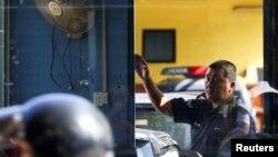 17일 부검을 위해 김정남 시신이 안치된 말레이시아 쿠알라룸푸르 병원 영안실 입구를 경찰이 지키고 있다.