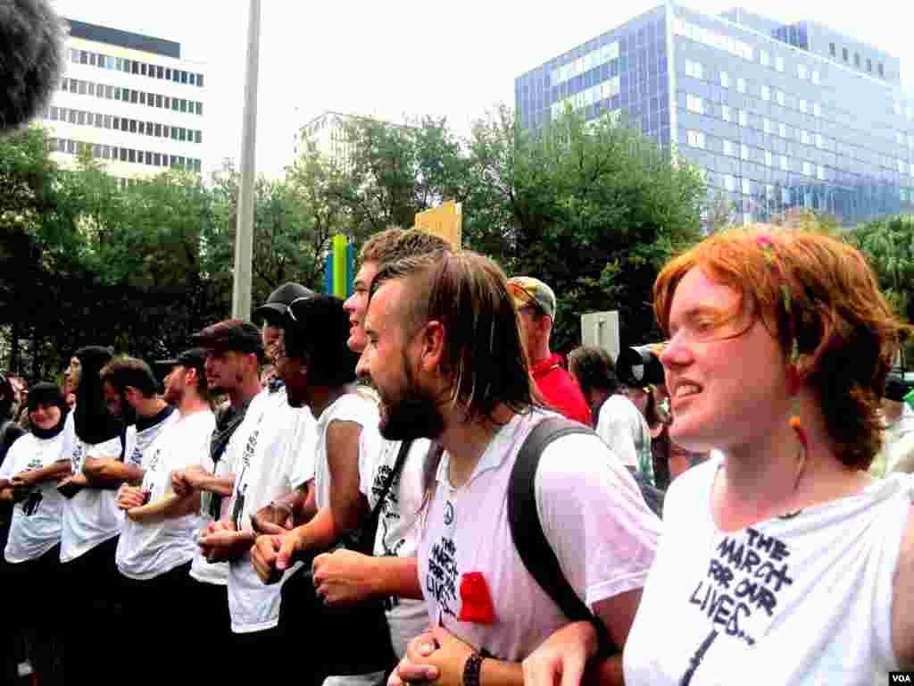 """Pokret """"Okupiraj"""" (Occupy) pred zdanjem u kome se održava Konvencija. (E. Mazrieva/VOA)"""
