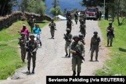 Pasukan keamanan berpatroli di Ilaga, Kabupaten Puncak di Papua, 30 September 2019. (Foto: Sevianto Pakiding/Antara Foto via Reuters)